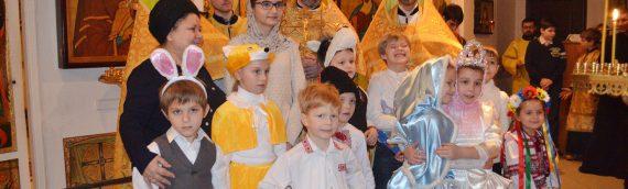 Воспитанники воскресной школы храма свв. Косьмы и Дамиана поздравили прихожан с праздником свят. Николая