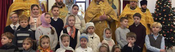Дети воскресной школы поздравили прихожан с праздником святого Николая Чудотворца.